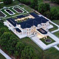 Gold Coast agent to sell dozens of mansions at mega auction.Now this is the kinda home i'd love to live in if moving to Gold Coast.Dream on. Mega Mansions, Mansions Homes, Luxury Mansions, Celebrity Mansions, Celebrity Houses, Dream Home Design, My Dream Home, Dream Mansion, White Mansion
