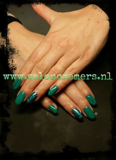 Smaragd green oval nails with glitter nail art