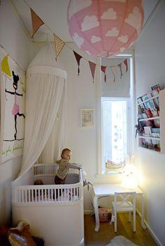 PRINSESSEROMMET: Sengen kan Wilma ha til hun begynner på skolen. Møblene er fra Danmark. Bildet over sengen er laget av den danske kunstneren Gitte Brandt og er en dåpsgave fra tante Hege. FOTO: Gidske Stark