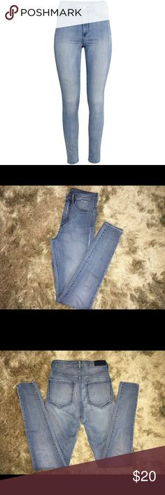 NWOT H&M Super Skinny High Rise Jeans Size 27😍 Perfect condition, these pants are so adorable! Adorable when paired with crop top or a high-low sweater. Could be worn with converse, sandals, or combat boots! Size 27, true to size and the inseam is 32 inches. These jeans have a great amount of stretch, making them very comfortable!! No modeling for this item.                      🚫no trades 📮ships within 24 hours of purchase! 🔴PRICE IS FIRM UNLESS BUNDLED💕💕 H&M Jeans Skinny