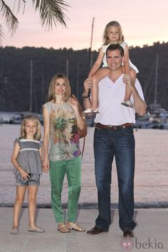 Princess Letizia, Prince Felipe and the Infantitas Leonor and Sofía in Mallorca, 2012.