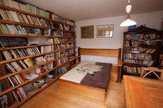 Knihovna - z fošen a starých tesaných trámů
