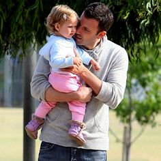 Ben Affleck - aaahhh sexy dad with cute daughter ~! Hot Hollywood Actors, Ben And Jennifer, Jennifer Garner Ben Affleck, Oscar 2017, Casey Affleck, Dad Daughter, Daddys Girl, Celebrity Babies, Attractive Men
