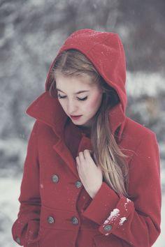 ein extremer Farbkontrast zum Schnee, aber es sieht super aus. Schöne Mäntel aus Wolle eignen sich super für Fotoshootings im Winter
