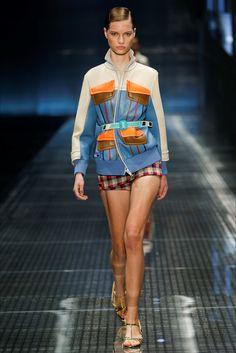 Guarda la sfilata di moda Prada a Milano e scopri la collezione di abiti e accessori per la stagione Collezioni Primavera Estate 2017.