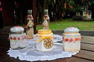Botellas y Frascos con detalles vintage , embellecen un espacio ademas de ser utiles como recipiente de guardado .
