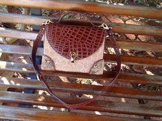 Bolsa bordada à mão no saco de cimento e cantoneira de coador de café descartado com detalhes de couro ecológico, pode ser usada como sendo bolsa tira colo ou de mão.