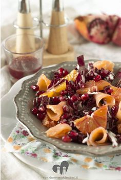 Insalata radicchio, melograno, salmone affumicato e arancia - Red chicory, pomegranate, smoked salmon and orange salad Light Recipes, Wine Recipes, Cooking Recipes, Veggie Monster, Weird Food, Slow Food, Restaurant Recipes, No Cook Meals, My Favorite Food