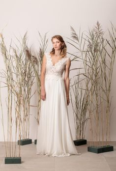 V-nyakú egyszerű menyasszonyi ruha csipke felsőrésszel One Shoulder Wedding Dress, Couture, Wedding Dresses, Modern, Collection, Fashion, Bride Dresses, Moda, Bridal Gowns