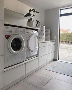 - New Ideas Lave-linge et sèche-linge surélevés :bonne idé. Washroom Design, Laundry Room Design, Laundry In Bathroom, Basement Laundry, Laundry Room Layouts, Laundry Room Organization, Küchen Design, House Design, Design Ideas