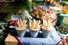 potinhos para biscoito de polvilho em festa picnic no parque para aniversário de menino de cinco anos.