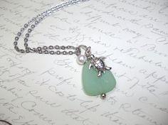 Collier a pendentif de verre de mer et breloque tortue avec perle