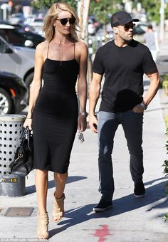 Look do casal Rosie Huntington-Whiteley e Jason Statham. Rosie Huntington Whiteley, Rose Huntington, Jason Statham Body, Jason Statham And Rosie, Kelly Brook, Rosie And Jason, Grey Overcoat, Look Fashion, Fashion Outfits