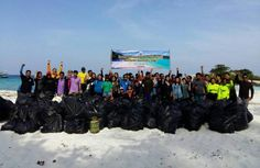 Phuket News - Ton of trash cleaned up at Koh Racha Noi Fifty people joined the Koh Racha Noi clean-up, including officers from the DMCR, students from Prince of Songkla and Phuket Rajabaht universities, volunteer divers and others.   In total, the group collected 1,226kg of trash from the beach and in the sea, including 424kg of glass bottles, 265kg of plastic bottles, 244kg of fishing nets and related equipment, 62kg of plastic bags and 46kg of cans