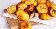 When prepared in a hot water bath, potatoes turn out perfectly cooked. Discover how to make restaurant-worthy sous vide potatoes with these simple recipes! Cooking Roast Potatoes, Perfect Roast Potatoes, How To Cook Potatoes, Roasted Potato Recipes, Roasted Potatoes, Lemon Potatoes, Healthy Potatoes, Russet Potatoes, Jamie Oliver Roast Potatoes