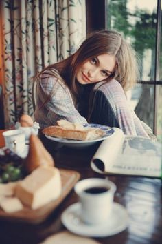 deco cocooning, belle fille, cuisine, petit déjeuner, tasse de café, journal, ambiance cocooning