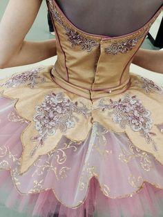 Stunning champagne, gold and pink tutu Tutu Ballet, Ballerina Dancing, Ballet Dancers, Princesa Tutu, Ballet Russe, Repetto, Tutu Costumes, Beautiful Costumes, Ballet Beautiful