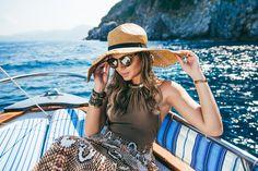 The amazing brazilian Fashion Blogger: Thássia Naves. Sea, summer, fashion, style, boat, vacations, hat, sunglasses, animal print, Capri, Italy.