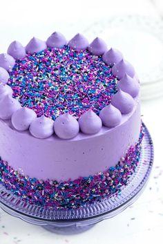 joli gateau anniversaire 1 an fille au glaçage au beurre violet, gâteau black velvet