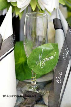 Fraîche et naturelle, la feuille de rosier marque-place, s'enroulant langoureusement sur vos pieds de verre ! #deco #table http://www.decodefete.com/feuilles-laurier-p-3590.html