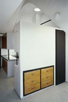 На кухне очень интересно выполнены встроенные шкафы. (фасад,архитектура,дизайн,экстерьер,интерьер,дизайн интерьера,квартиры,апартаменты,конструктивизм,Ле Корбюзье,Франция,Париж,кухня,дизайн кухни,интерьер кухни,кухонная мебель,мебель для кухни) .