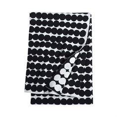 Houd uzelf warm tijdens de gure herfst avonden met deze gebreide Räsymatto deken van Marimekko, ontworpen door Maija Louekari. De deken is gemaakt van wil en polyamidemet het klassieke gestippelde patroon van zwart en wit. Elke kan in een andere kleur. Leg de deken over de sofa in de woonkamer of in de slaapkamer op bed en combineer het samen met de andere tijdloze klassieker van Marimekko!