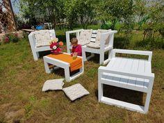 Mobilier pentru gradina, realizat din lemn de conifer, cu perne decorative.