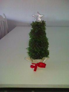Arbol de navidad hecho con pompom.