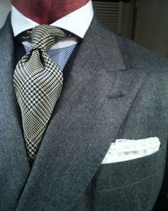 Costard gris et cravate nova check et chemise bleue à col blanc