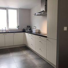Opgeleverde keuken door Keukensale.com Spijkenisse. Landelijke keuken met granieten werkblad. Siemens apparatuur en een Quooker voor het gemak.   http://keukensale.com/vestiging-spijkenisse
