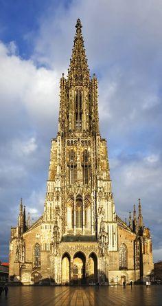 Catedral de Ulm, Ulm - Alemania. La torre más alta de la iglesia en el mundo - 768 espiral de piedra escalones hasta la cima