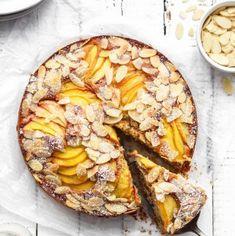 Almond peach cake (vegan, gluten-free & refined sugar-free) LOOKS SO BOMB Gluten Free Cakes, Gluten Free Baking, Gluten Free Desserts, Gluten Free Recipes, Vegan Recipes, Almond Recipes, Baking Recipes, Dessert Recipes, Kraft Recipes
