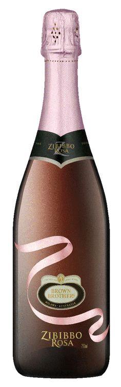 Een verrassende Rosé Sparkling uit Australie van het vermaarde wijnhuis Brown Brothers. Zeer speciaal maar heerlijk bereid met Alexandrië-muskaatdruif (synoniem van zibibbo). Mooie frisheid, aroma's van muskaatdruif maar ook aardbeien en andere rode vruchten, lichtjes zoet.