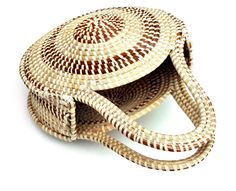 Sweetgrass purse Basket Willow, Making Baskets, Types Of Weaving, Pine Needle Baskets, Pine Needles, Handmade Bags, Basket Weaving, Wicker, Islam