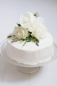 Bolo simples e elegante para festa de noivado. Pretty Cakes, Beautiful Cakes, Amazing Cakes, Cake Cookies, Cupcake Cakes, Cupcakes, Fresh Flower Cake, Fresh Flowers, Fresh Cake