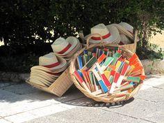 Sombreros y abanicos para combatir el calor cuando celebramos una boda al aire libre en verano.