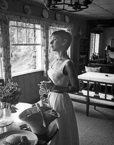 Audrey Hepburn is one of the best actresses in film history and is still considered a style icon. On BOX IN A SUITCASE her son Luca reveals the Divas favourite breakfast receipe . Audrey Hepburn Mode, Audrey Hepburn Pictures, Aubrey Hepburn, Katharine Hepburn, Golden Age Of Hollywood, Old Hollywood, Classic Hollywood, Isabella Rossellini, Marlene Dietrich