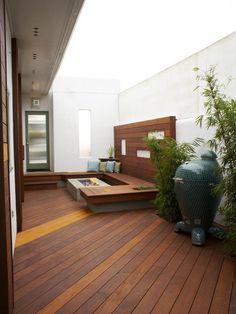 kleine terrasse dielenboden sitzbank bio kamin bambus pflanzen