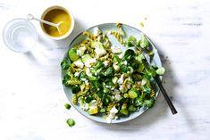 Pastasalade met avocado, veldsla, komkommer & feta Salad Bowls, Feta, Tasty Dishes, Avocado, Risotto, Potato Salad, Salad Recipes, Salads, Recipies
