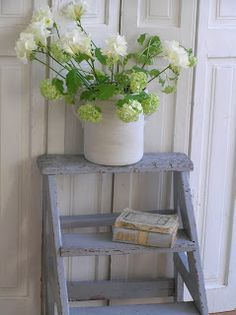 Old ladder, flowers, books Old Ladder, Vintage Ladder, Rustic Ladder, My Favorite Color, Ladder Decor, Ladder Display, Painted Furniture, Furniture Ideas, Sweet Home