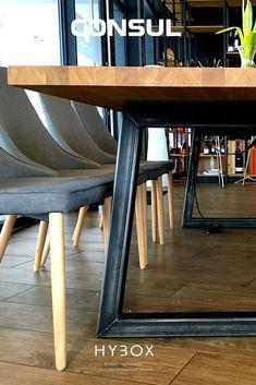 Solidny i trwały stół konferencyjny do reprezentacyjnych aranżacji biurowych, który doskonale sprawdzi się w przestrzeniach biurowych, pomieszczeniach typu open space czy salach konferencyjnych. Stół CONSUL został wykonany z najwyższej jakości litego drewna dębowego o grubości 4 cm pokrytego podwójną warstwą wysokiej jakości lakieru poliuretanowego, który zapewni szczelność i odporność na zarysowania i uszkodzenia mechaniczne. Dining Table, Furniture, Home Decor, Decoration Home, Room Decor, Dinner Table, Home Furnishings, Dining Room Table, Home Interior Design