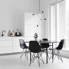 Happy new week! We just love the beautiful kitchen diner of @designwash Shop the Menu Franklin chandelier available in our bio . #kitchen #diningroom #kitcheninspo #diningroomdecor
