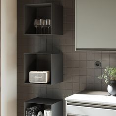 Showoff Kök är ett öppet skåp tänkt att placeras frihängande såväl som att kombineras med överskåp från Stomme Hög. Hyllan tillverkas i Sverige i högkvalitativt stål som sedan pulverlackeras. Produkten finns i två olika färger, vit och grafitgrå. | Ballingslöv Decor, Home Decor, Kitchen, Bathroom, Toilet, Sink