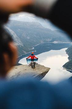 Andere Perspektiven können auch interessant sein. So wie dieses Foto von unserer Bergsteigerin mit ihrer STEIGAUF-Flagge. #steigauf #adventures #nature #mountains #inspiration #motivation #bergsteiger #flags #hiking #scenery #wanderlust #ausblick Wanderlust, Action, Mountains, Motivation, Nature, Travel, Inspiration, Pictures, Mountain Climbers