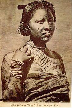 Os Kadiwéu são considerados os últimos remanescentes da grande nação Guaicuru que teve domínio em todo leste do Pantanal, desde o norte do Paraguai até as proximidades de Cuiabá. De origem Mbáya esses índios de grande estatura e agilidade física mantinham uma organização política tribal mais complexa dos que as outras nações da região.