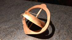 J'ai trouvé dans l'atelier de mon père une piece de bois ronde... Je n'avais pas le choix : il FALLAIT que je fasse une toupie en complément de la toupie dont je vous ai déjà parlé ici!  Il ...