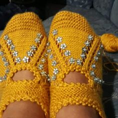 Easy Booties Recipe with Pearl Decorations in 2 Needles. Crochet Shoes, Knit Crochet, Pearl Decorations, Knitted Slippers, Slipper Boots, Knit Patterns, Baby Knitting, Fingerless Gloves, Arm Warmers
