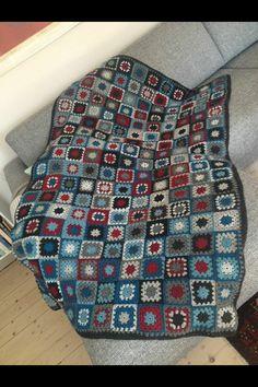 Tæppe lavet af hæklede mormorfirkanter.