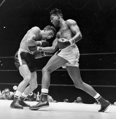 This Sept. 1957 file photo shows world middleweight champion Sugar Ray Robinson, right, fighting challenger Carmen Basilio in the fifth round of a title fight at Yankee Stadium in New York. Sugar Ray Robinson, Boxing Training, Boxing Workout, Boxing Images, Boxing History, Joe Louis, Ufc Fighters, Boxing Champions, Human Poses
