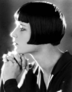 Louise Brooks embodied daring flapper style in the Her dramatic angled bob with bangs looks as fresh today as it did then. Straight hair works best for a sleek bob like Louise's, but wavy and even curly hair will work for longer, more free-flowing bobs Louise Brooks, Celebrity Hairstyles, Bob Hairstyles, Flapper Hairstyles, Wedding Hairstyles, Bob Haircuts, Medium Hairstyles, Popular Hairstyles, Style Année 20